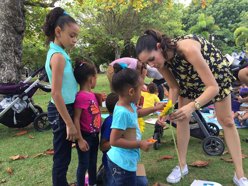 La floristería Zuazo nos regaló girasoles para que las chicas y chicos tuvieran la oportunidad de conocerlas y tocarlas