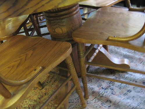 Oak table w/chairs