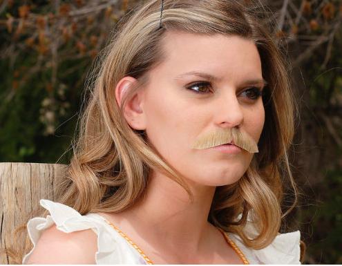 Femme avec moustache