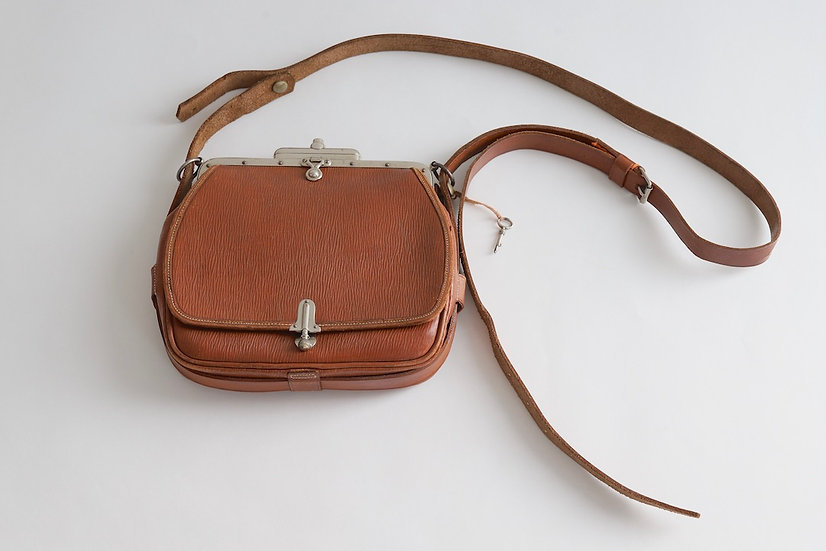 Antique clasp shoulder bag