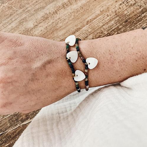 Bracelet avec perles et 3 petits coeurs