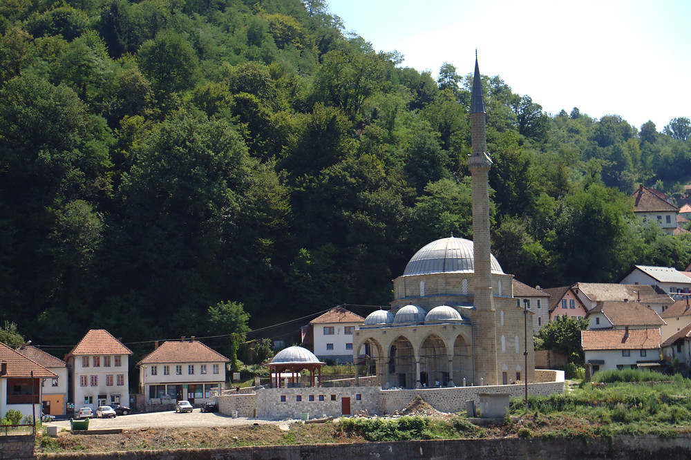 Picture of The Mosque of Jusuf Pasha in Maglaj, wikimedia commons.