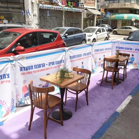 Tel Aviv : quand les places de stationnement se transforment en terrasse de restaurants