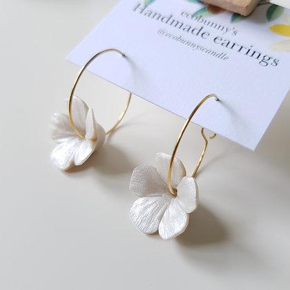 Flower on earring hoops / pearl silver