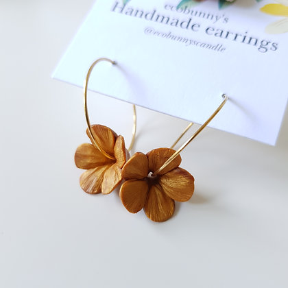 Flower on earring hoops / pearly gold