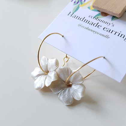 Flower on earring hoops / pearl silver with curly petal