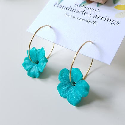 Flower on earring hoops / pearly blue-green with curly petal