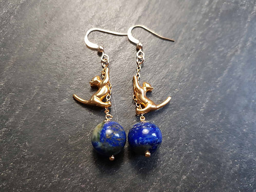 Longues boucles chatons acrobates, doré & perles lapis lazuli - 2972