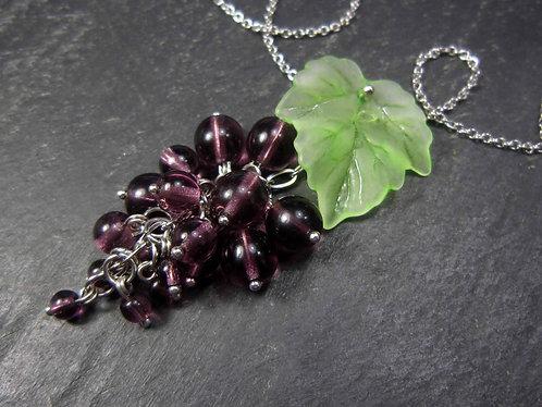 """Collier original """"Cilaos, grappe de raisins"""" et feuille de vigne / VIOLET"""