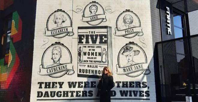英國歷史學者與作家「哈莉·盧賓霍德」與英版《《開膛手傑克刀下的五個女人》海報牆合照