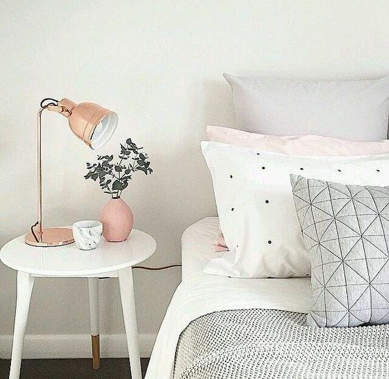 Criado-mudo como parte da decoração do quarto