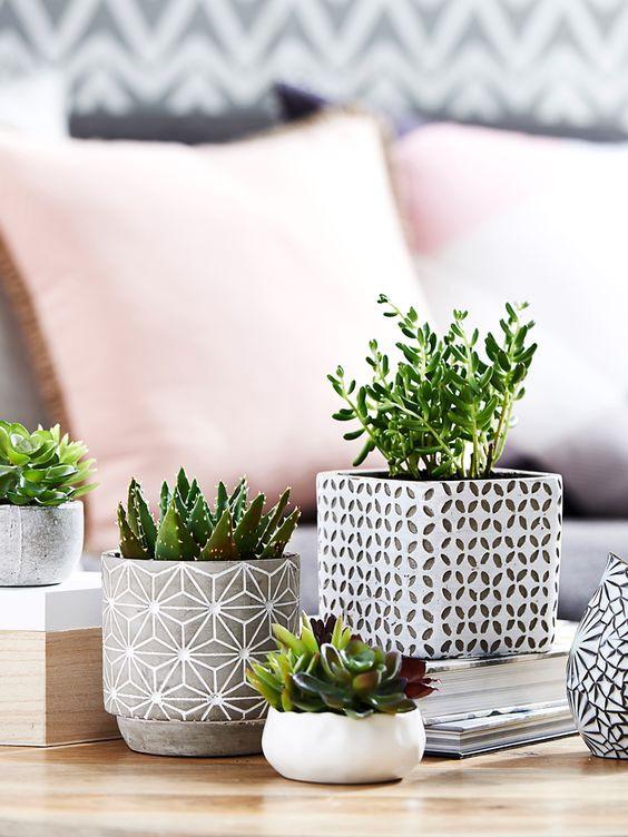 Mesa de centro decorada com flores