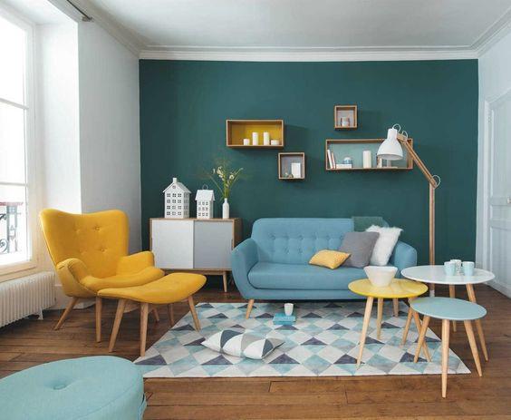 Sofá e mesa para decoração retrô