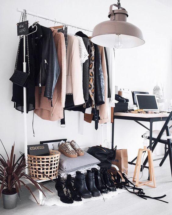 Arara de roupa em diferentes comodos