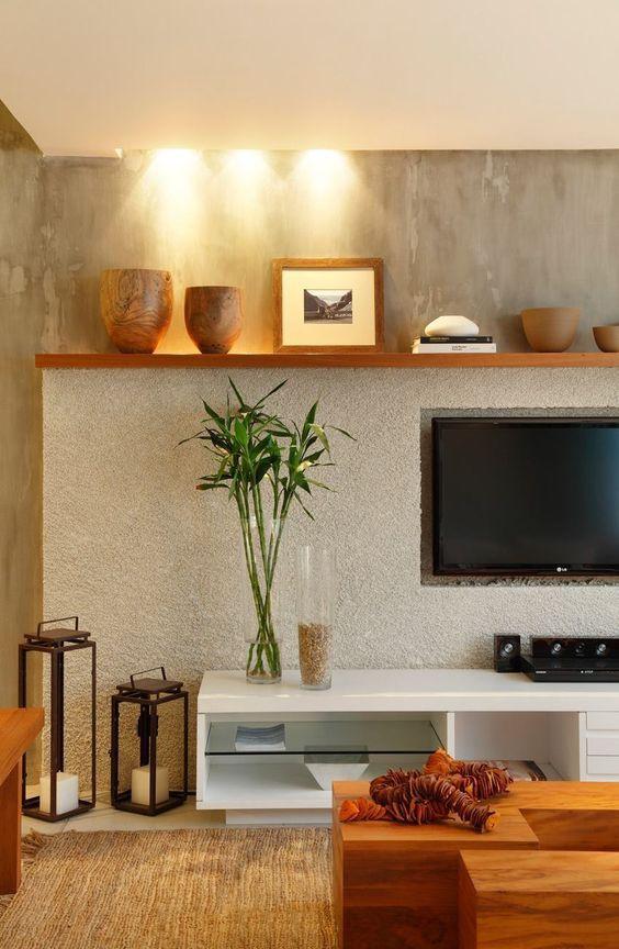 Como decorar o rack da TV - vasos e portas retrato