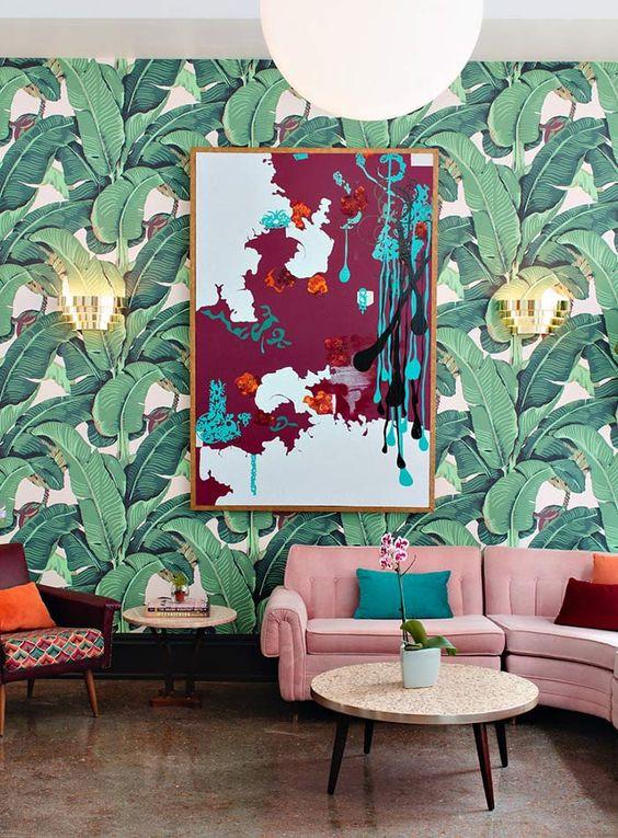 Sala com papel de parede e outras estampas