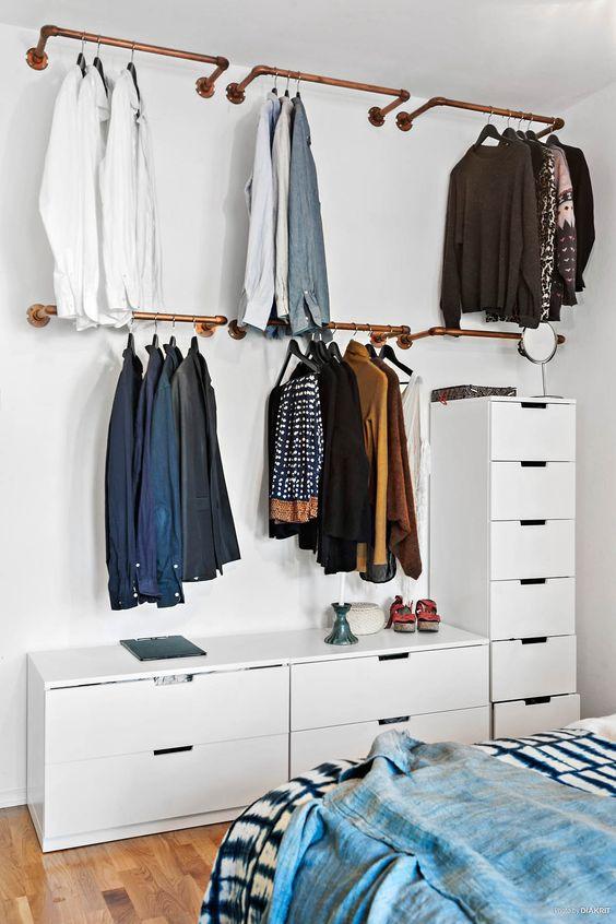 Organização de roupas com araras