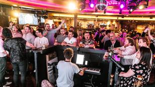 Et si vous chantiez? Piano Bar au bar cabaretde l'Hippodrome Lola's.