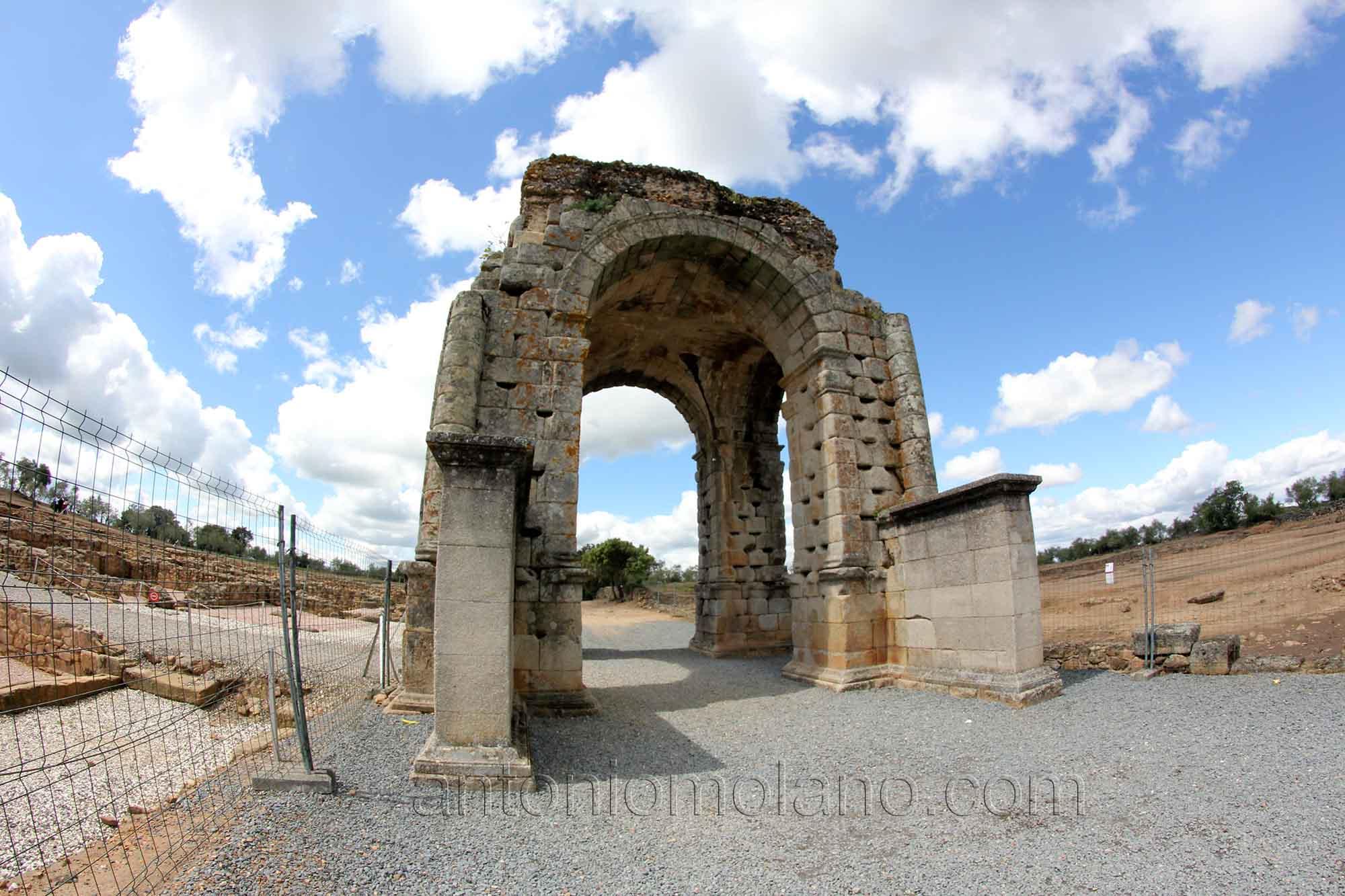 Arco de Cáparra.jpg