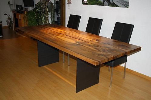 Holztisch aus Nussbaumholz
