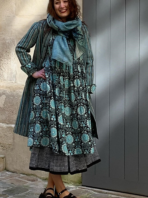 Robe Kate en coton imprimé à la main, motif floral turquoise sur fond noir