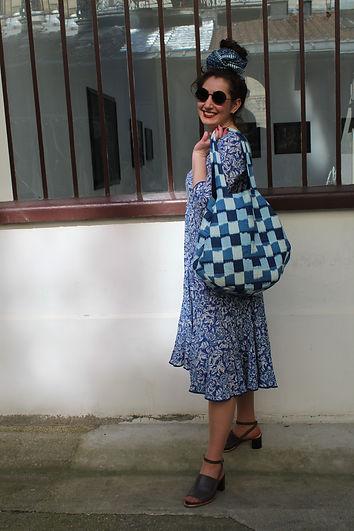 Femme portant des vêtements d'été en coton avec des motifs bleu