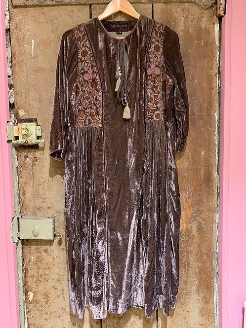 Robe taupe en velours brodée Suzani