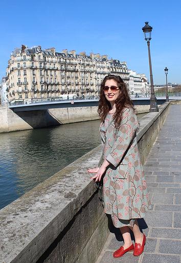 Femme portant une veste d'été à motifs imprimés japonais sur les quais à Paris