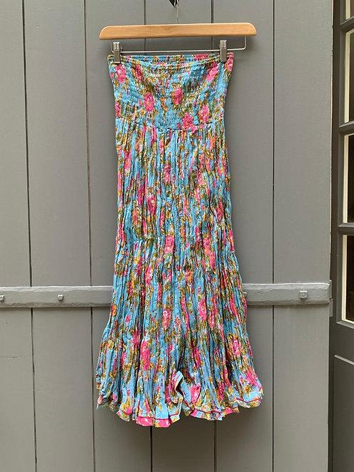Jupe en coton imprimé à la main à motifs à fleurs roses sur fond bleu ciel
