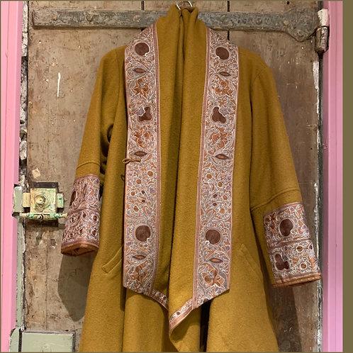 Manteau cape en laine broderies Suzani gold ton sur ton
