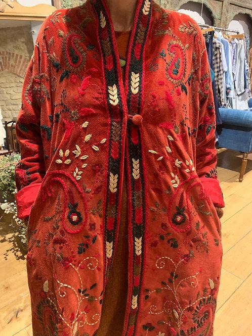 Manteau Akaya en velours rouge brodé à la main, doublure en soie brodée