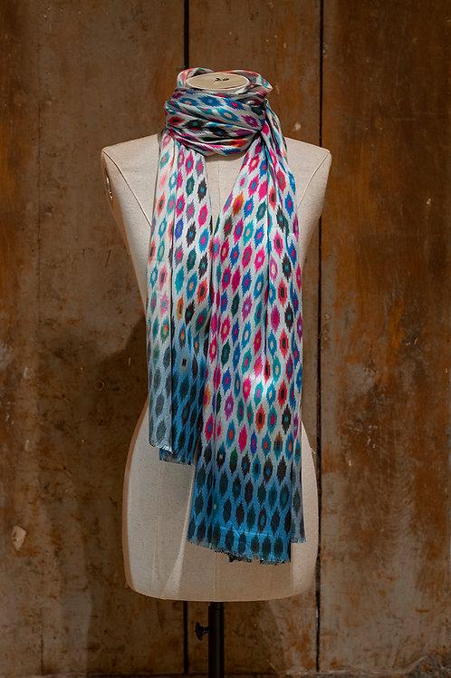 Châle 100% soie multicolore à dominante bleue imprimé Ikat