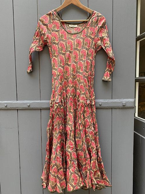 Robe Mary en coton imprimé à la main motif floral rose corail et vert fond beige