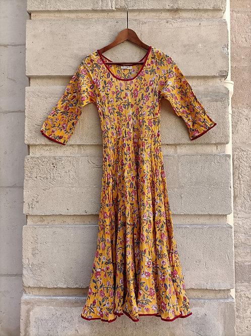 Robe Mary en coton imprimé à la main motif champêtre sur fond jaune