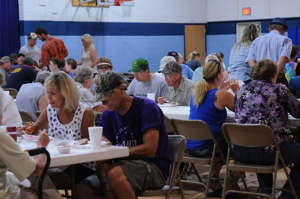 Crowd eating Low German meal