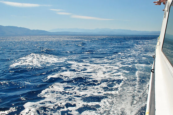 waves-from-a-yacht-PR5WCRK.JPG