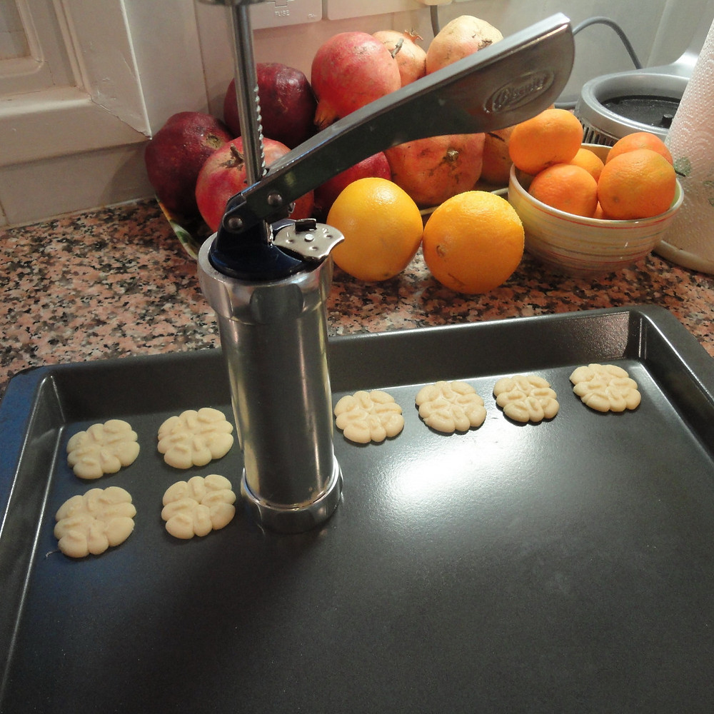 Press biscuits with the Cookie press