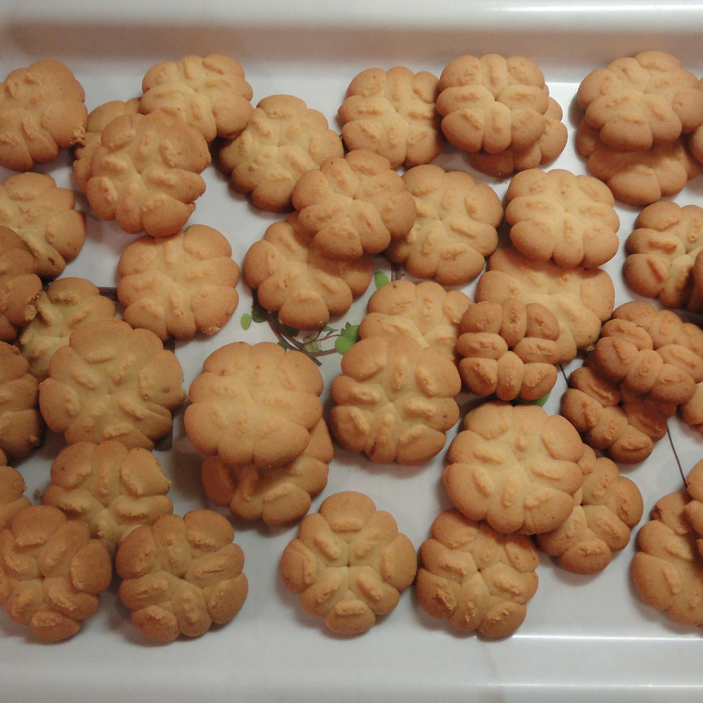 Cool biscuits on a serving tray