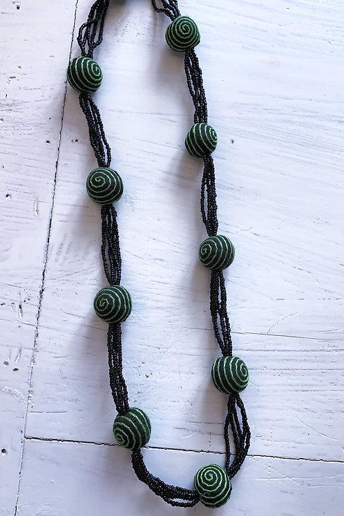 Schwarz-grasgrüne Kette