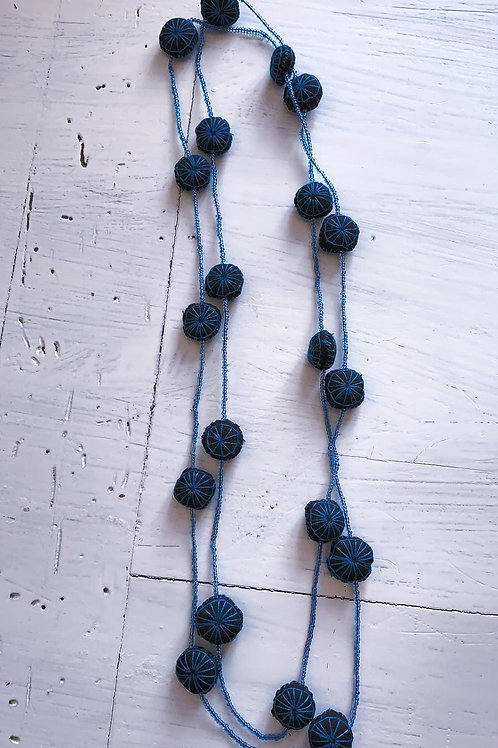 Schwarz-blaue Kette