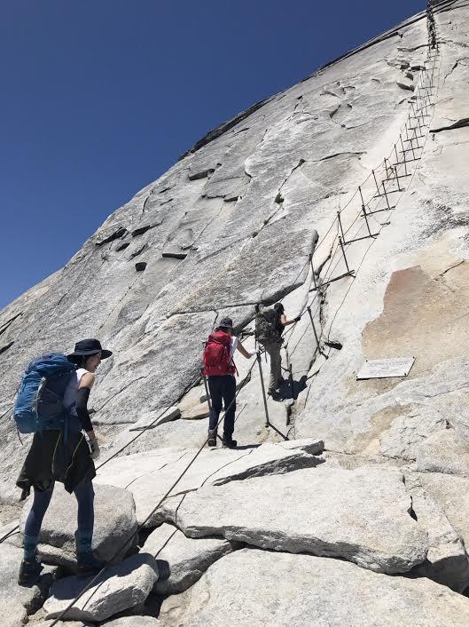 ハーフドーム山頂間近の難関ケーブル