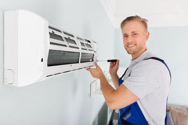 Installatör installerar inomhusdelen till en luft-luftvärmepump.