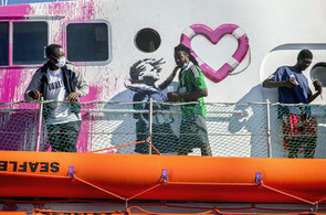 Cientos de migrantes retirados del bote de rescate financiado por Banksy en medio de pedidos...