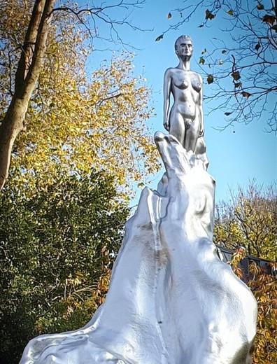 La gente ahora solo ve 'tetas plateadas' y 'pubis carnosos', en la escultura de Mary Wollstonecraft