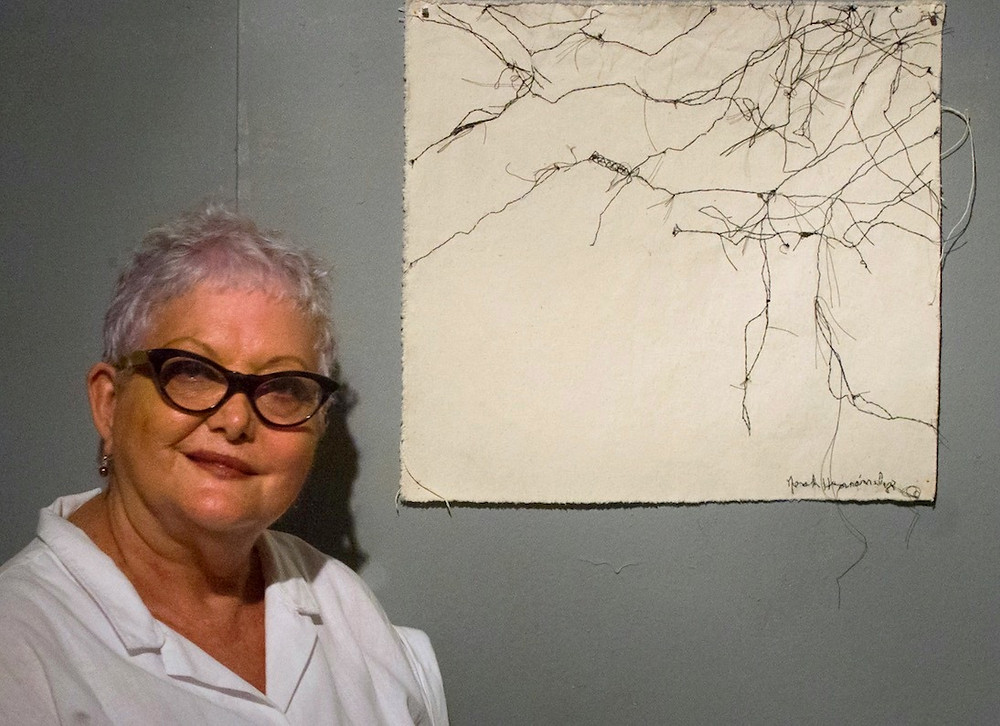 Norah Hernández: Con una de sus obras sobre papel