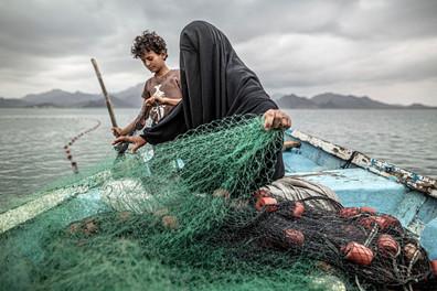 Retrato de madre de nueve hijos con velo que  pesca en Yemen gana el premio World Press Photo