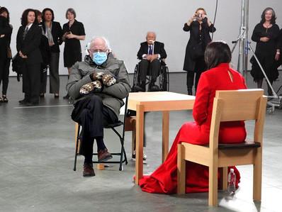 El meme de inauguración viral reúne a Marina Abramovic y Bernie Sanders, pero  Dios, y esos guantes?