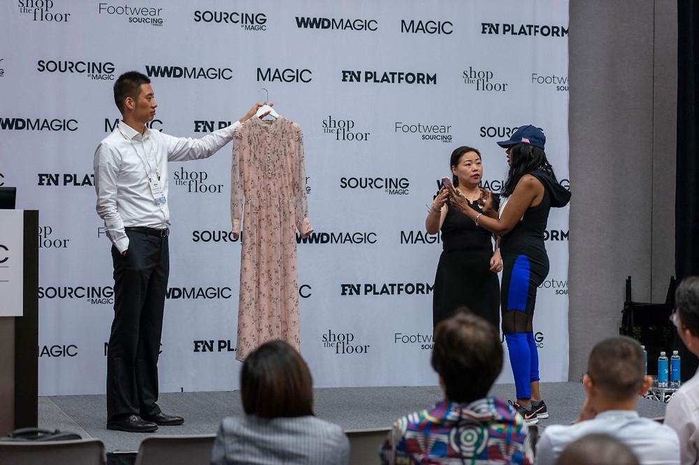 "Magic Show現場美國買家在體驗阿裡巴巴國際站的""圖搜""功能"