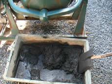 兵庫県多可郡・コンクリートに炭を混ぜる