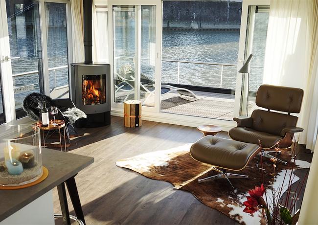 Leben auf dem Wasser im Hausboot